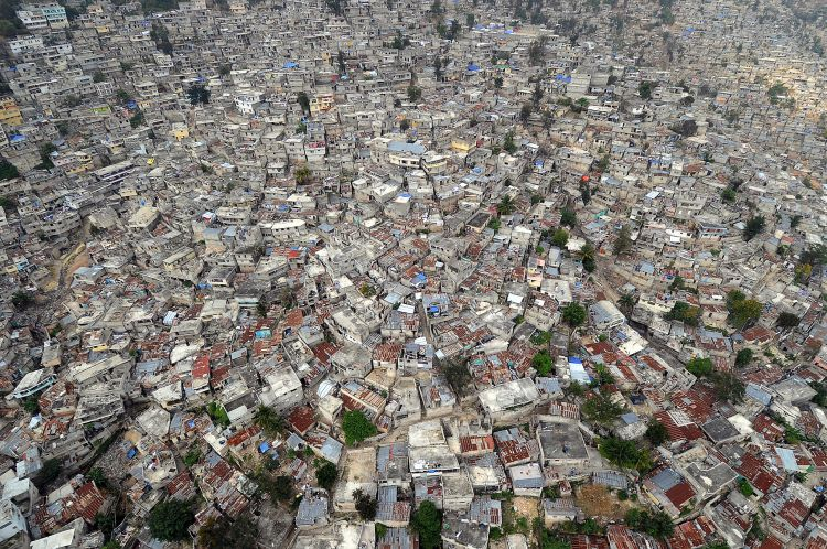 US_Navy_100316-N-5961C-020_An_aerial_view_of_Port-au-Prince,_Haiti_shows_the_proximity_of_homes,_many_damaged_in_a_major_earthquake_and_subsequent_aftershocks